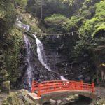 七宝龍寺 行者の滝と朱塗りの橋